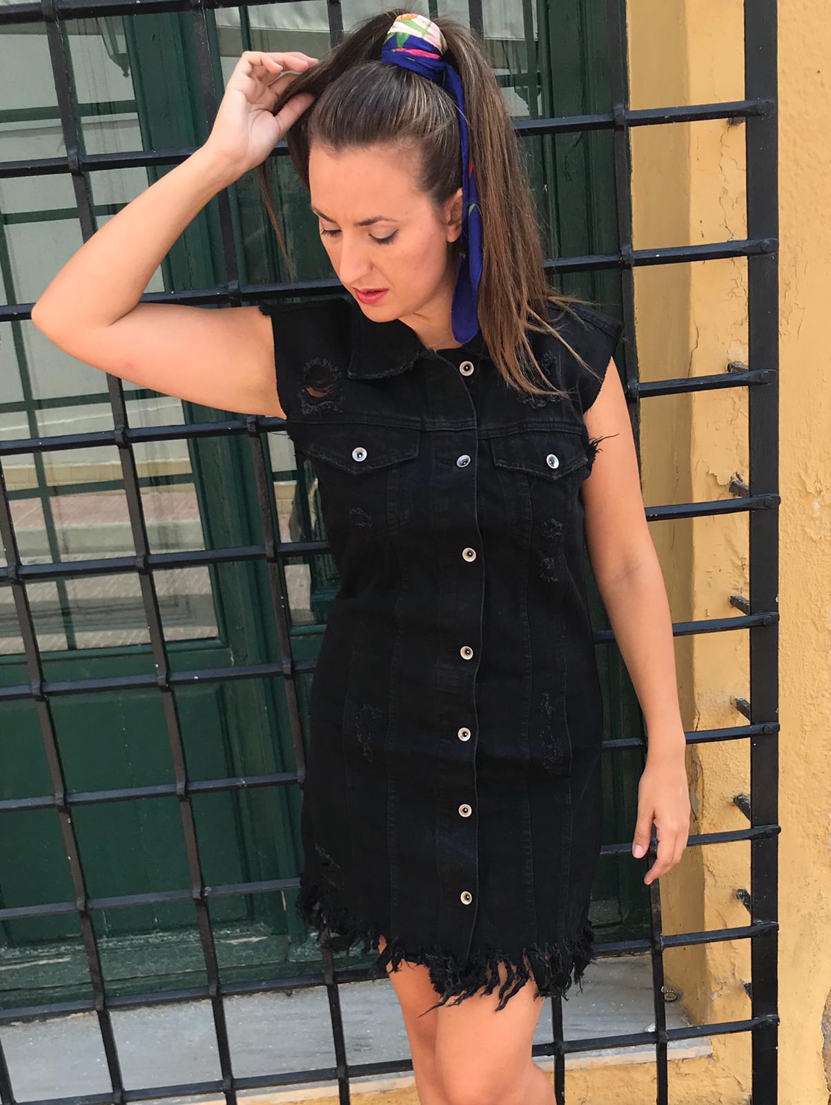 Mujer vestida de negro rock
